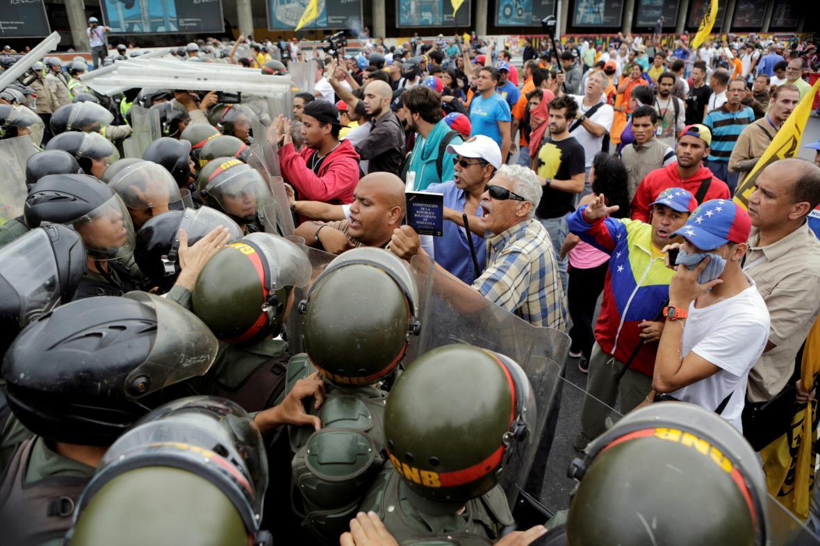 Protestů ve Venezuele přibývá