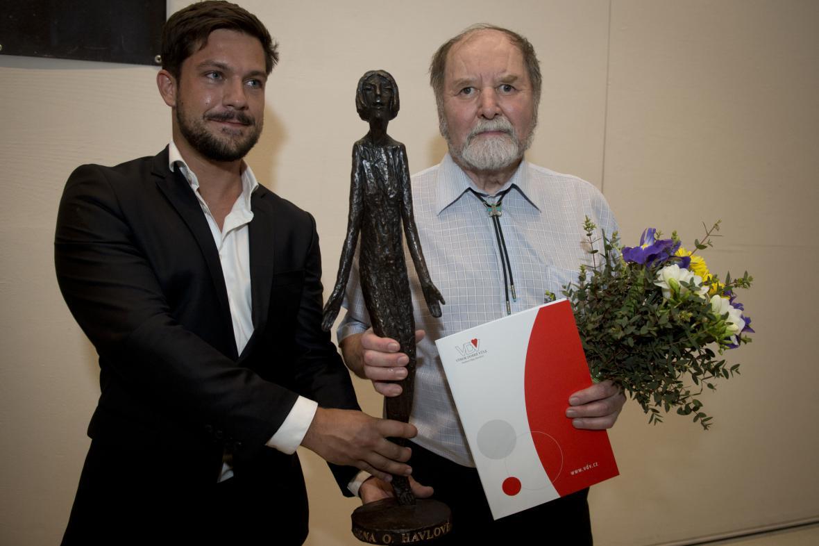 Václav Fanta (vpravo) převzal Cenu Olgy Havlové