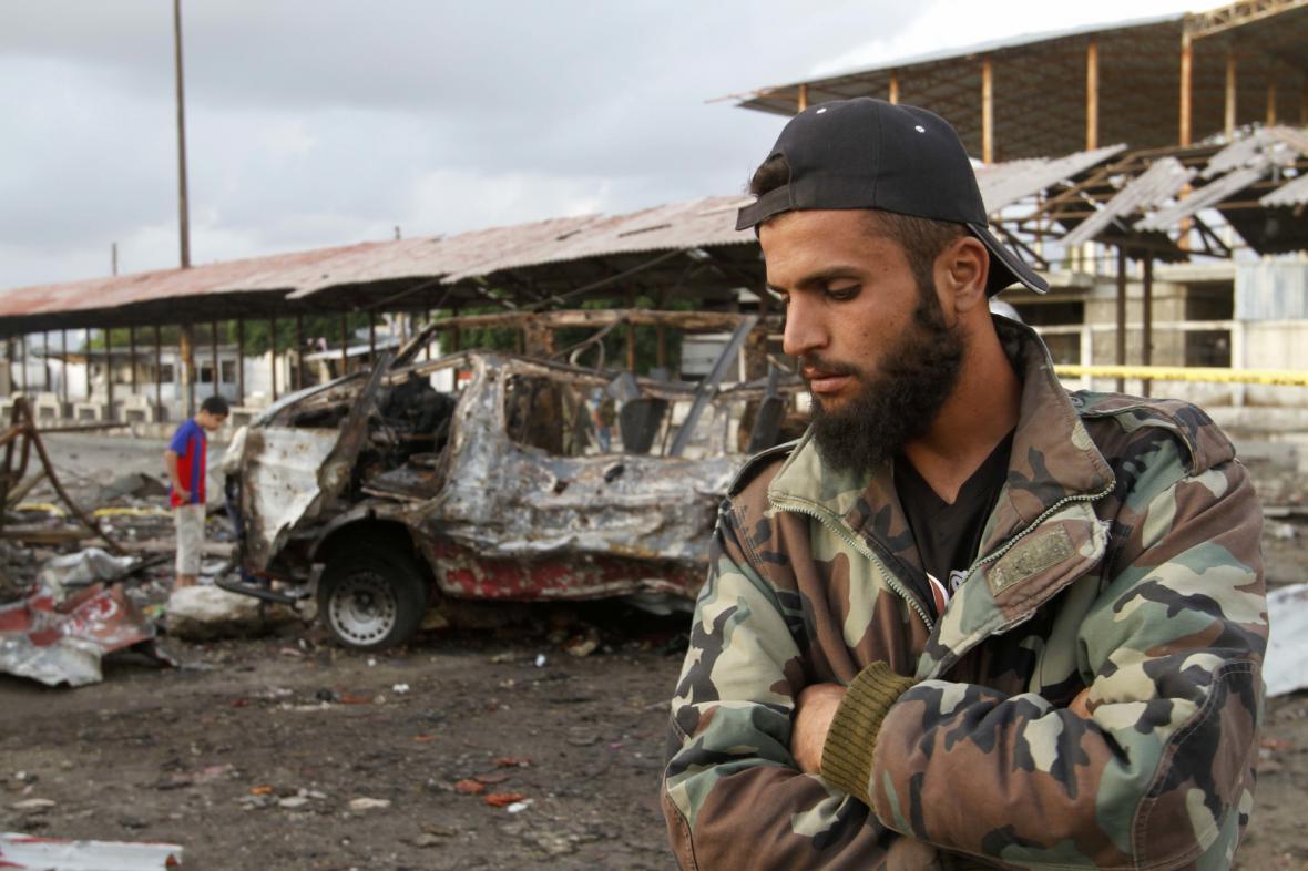 Syrský voják hlídá oblast po útoku v Džable