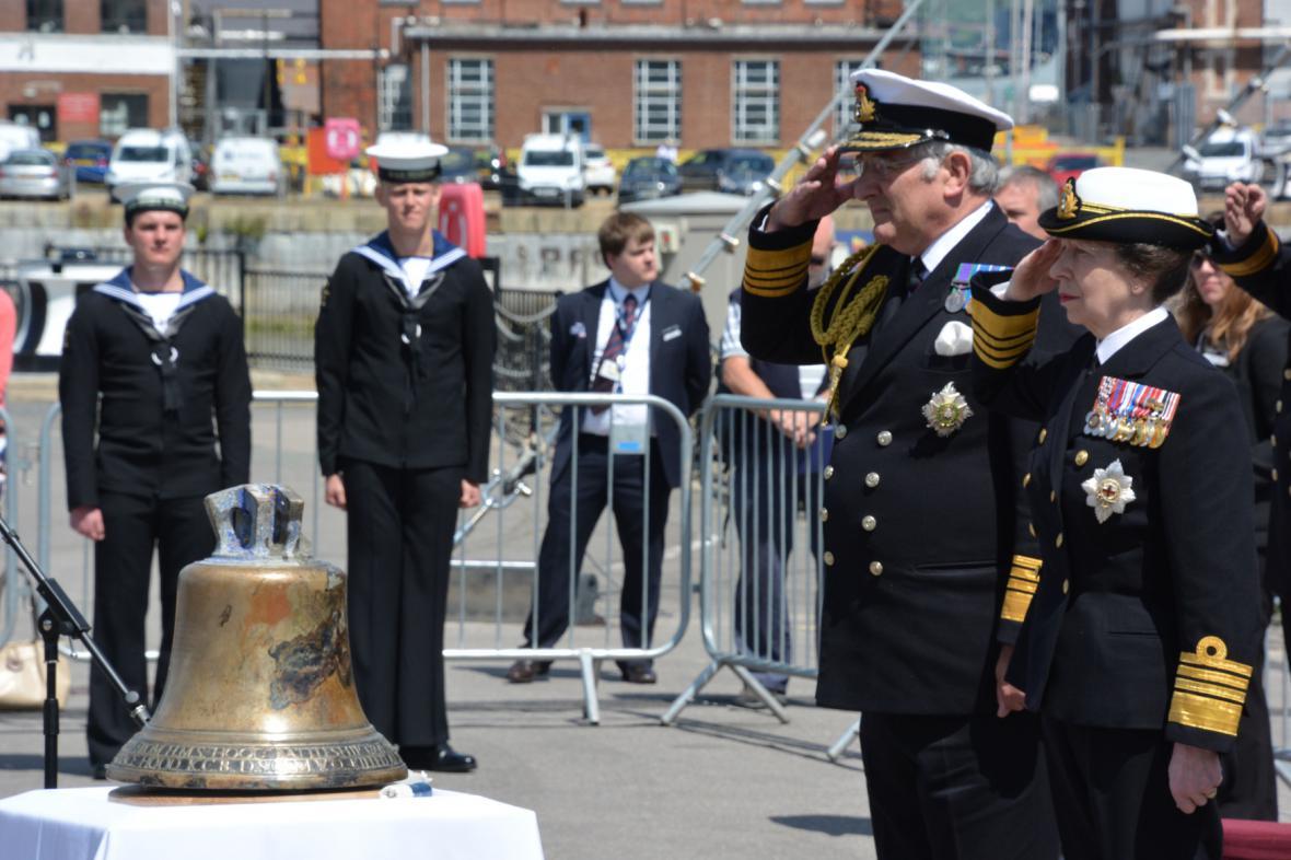 Zvon z křižníku HMS Hood