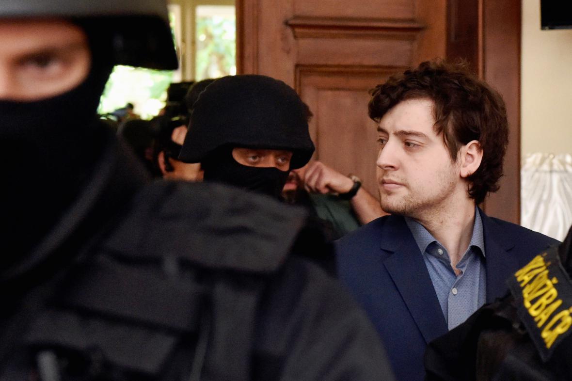 Eskorta přivedla Kevina Dahlgrena ke krajskému soudu