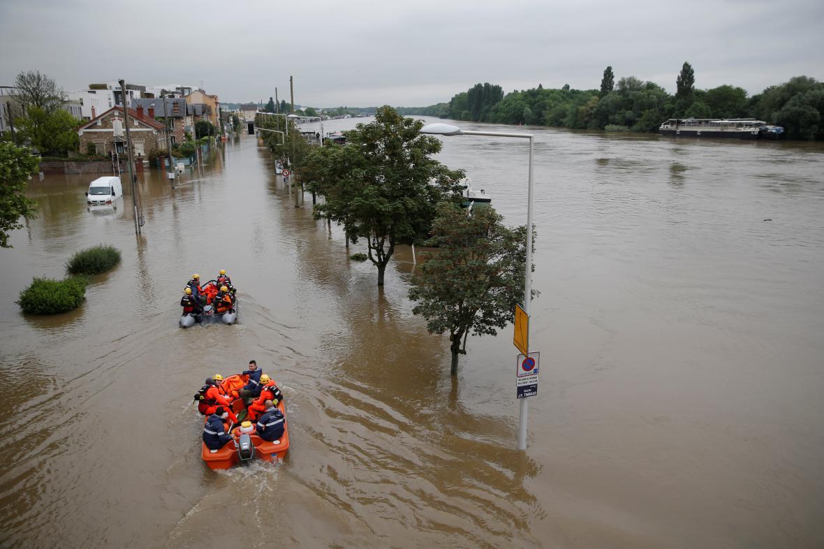 Záchranáři na člunech poblíž Paříže