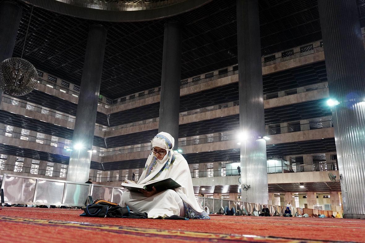Muslimka v Jakartě světí začátek ramadánu