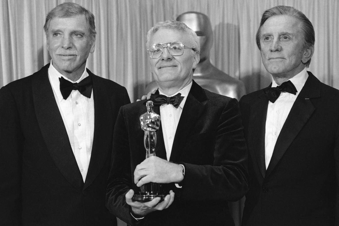 Peter Shaffer (uprostřed) získal v roce 1985 za Amadea Oscara