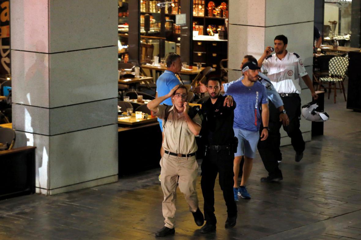Izraelská policie vyklízí místo, kde došlo k útoku
