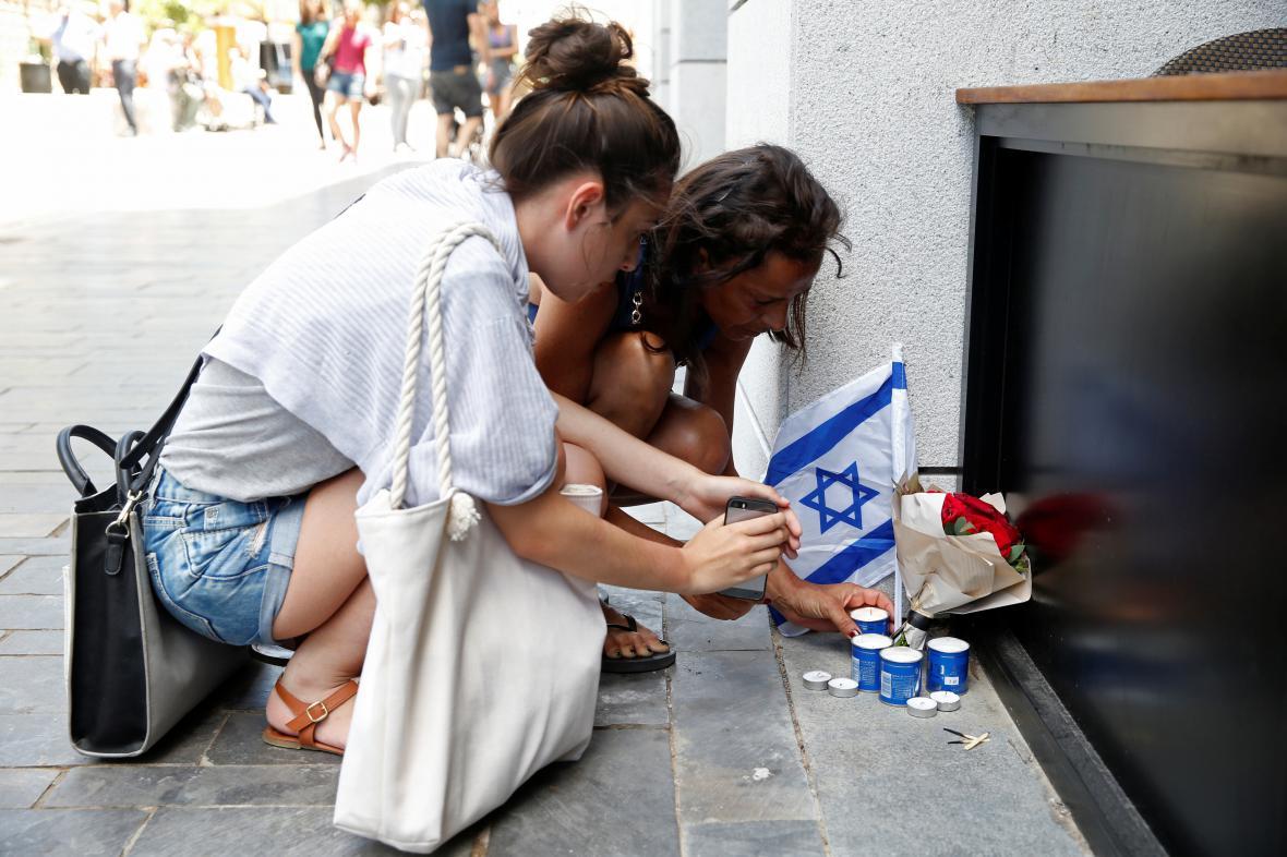 Izraelci zapalují svíčky u místa útoku