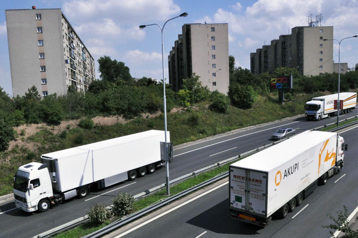 Kamiony na Pražském okruhu u Spořilova