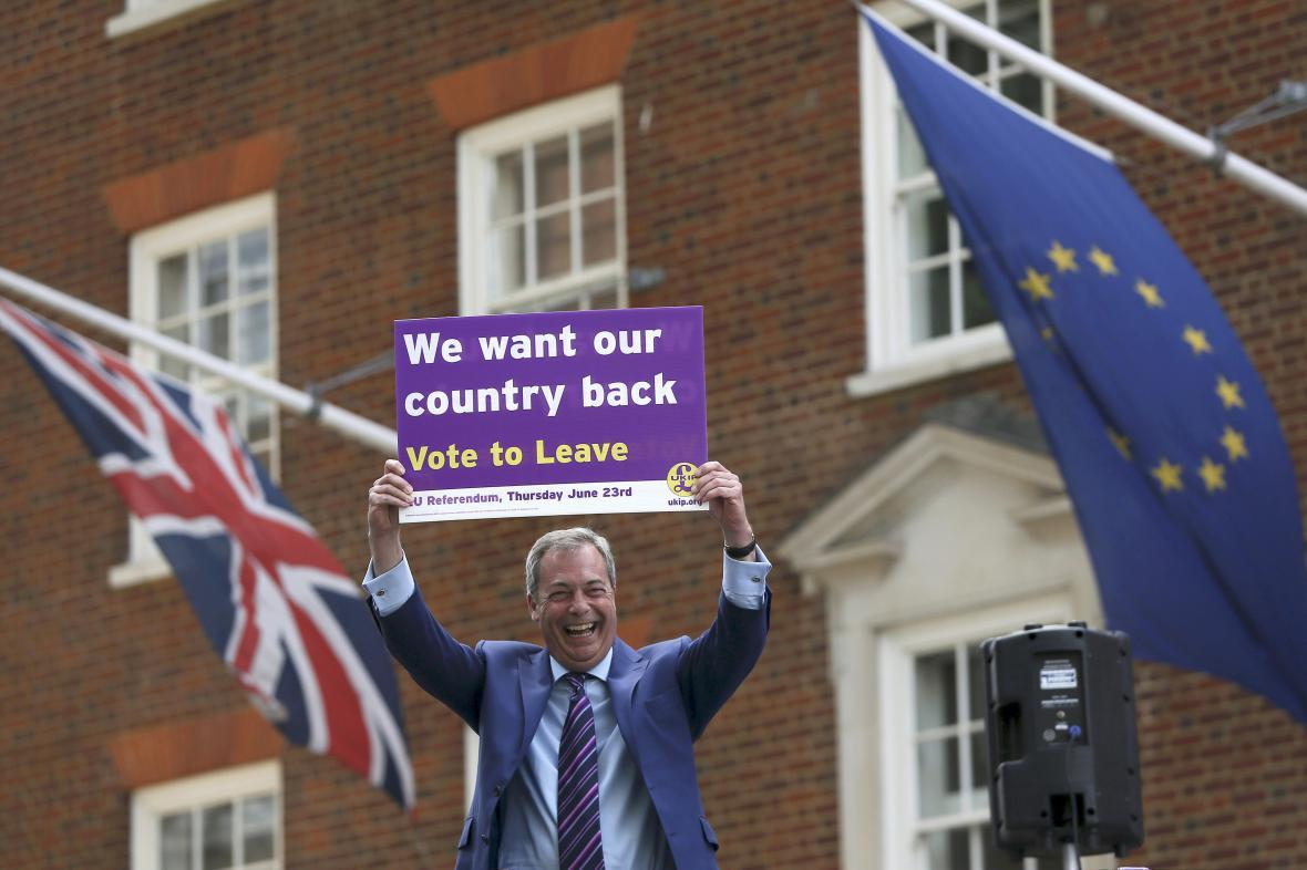 Šéf strany UKIP Nigel Farage volá po Brexitu
