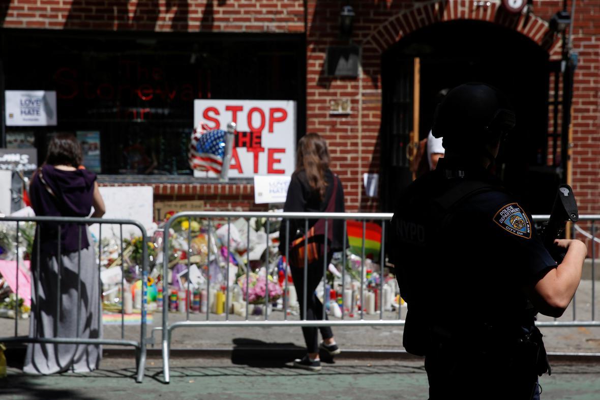 Pietní místo v New Yorku připomíná oběti střelby v Orlandu