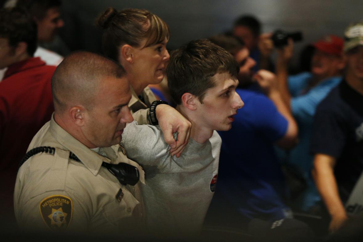 Policie odvádí muže, který chtěl zastřelit Trumpa
