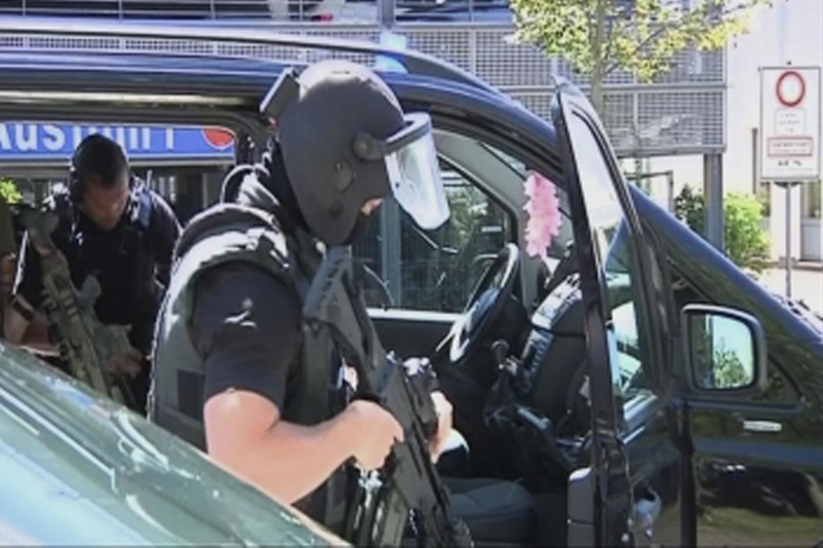 Policie při zásahu v německém Viernheimu
