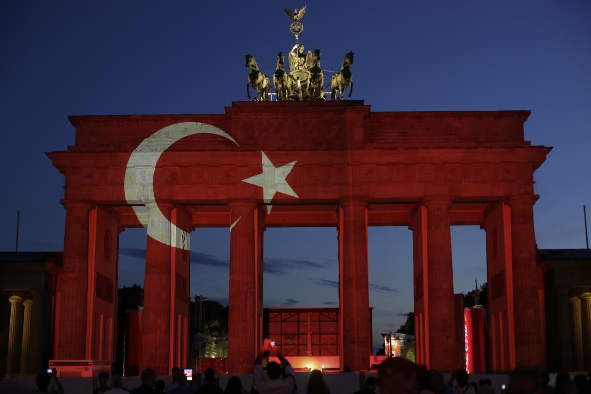Braniborská brána v barvách Turecka