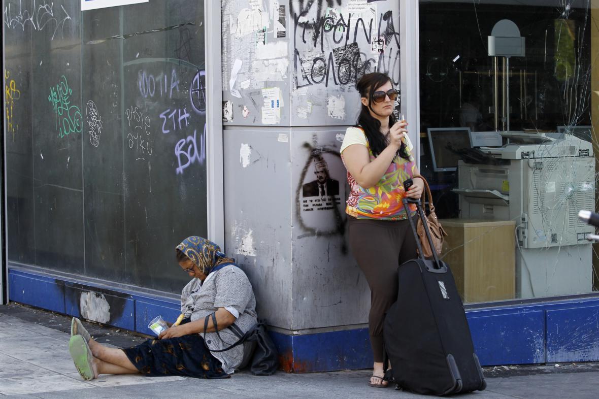 Žebračka a turista v Aténách