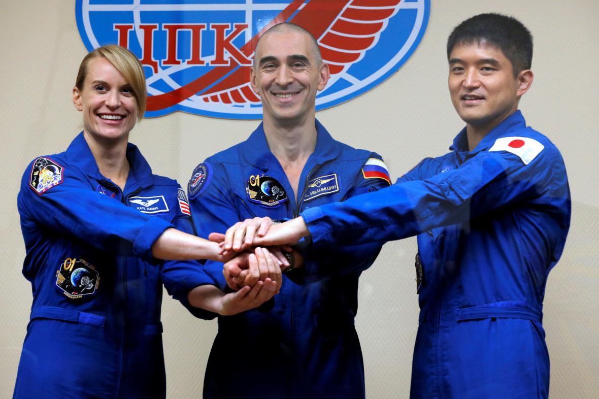 Kate Rubinsová, Anatolij Ivanišin a Takuja Oniši pózují před startem k Mezinárodní vesmírné stanici