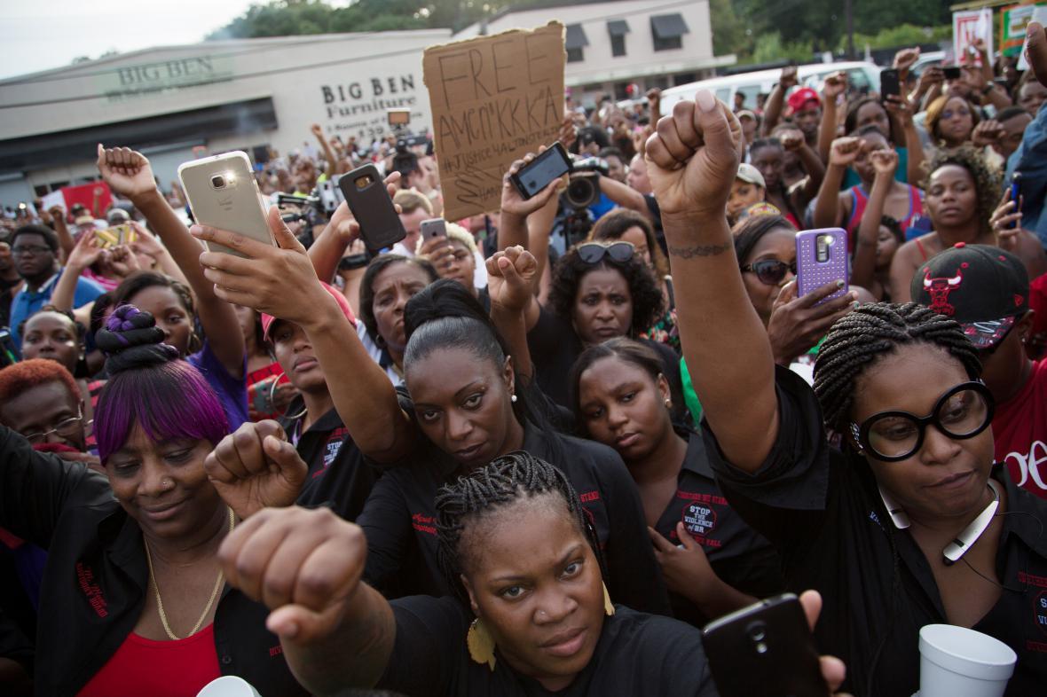 Demonstrace v ulicích Baton Rouge po zastřelení Altona Sterlinga