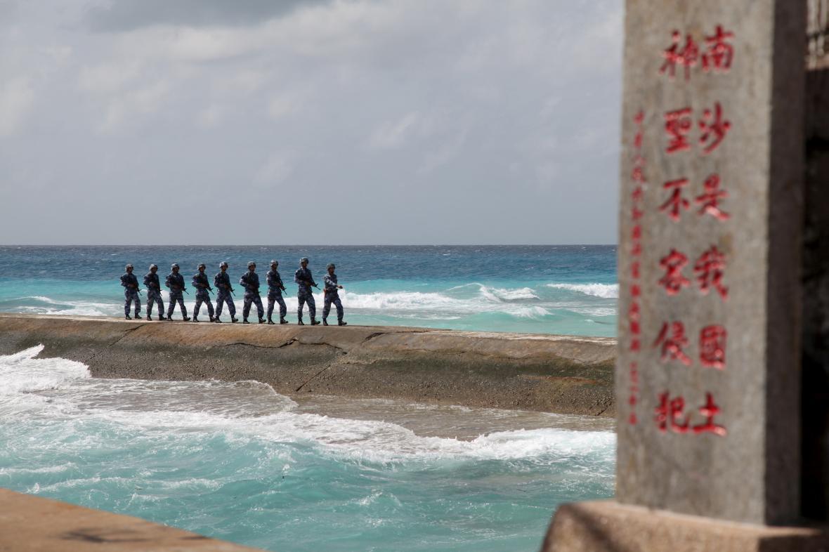 čínští vojáci na jednom ze Spratlyho ostrovů