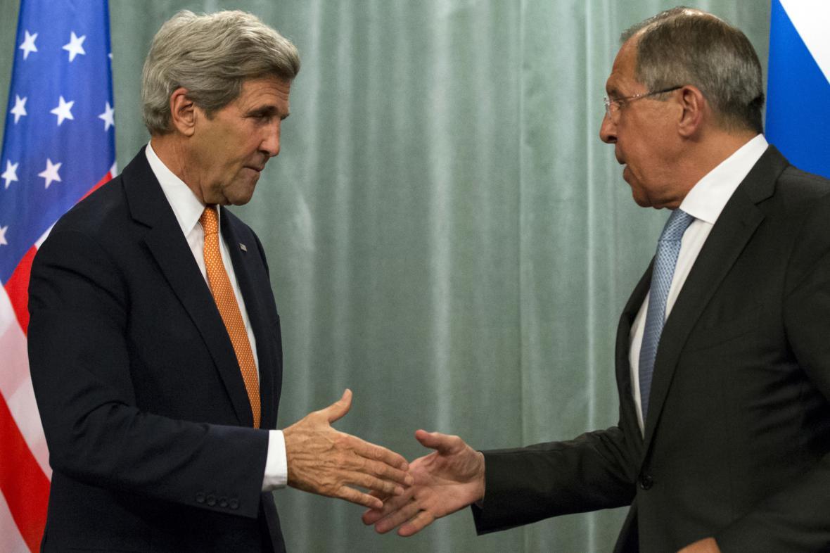 John Kerry (vlevo) a Sergej Lavrov