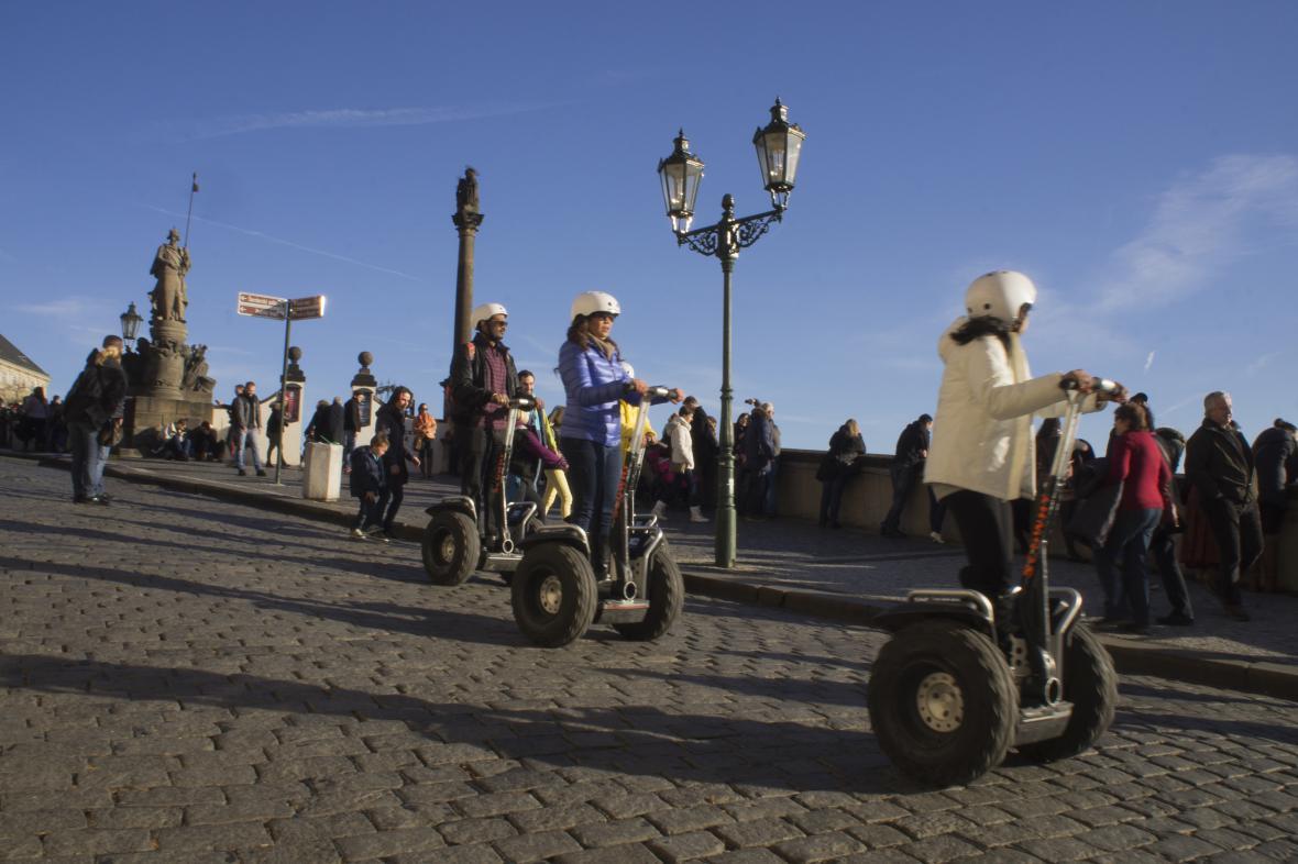 Segwayisté se řítí z Hradčanského náměstí na Malou Stranu