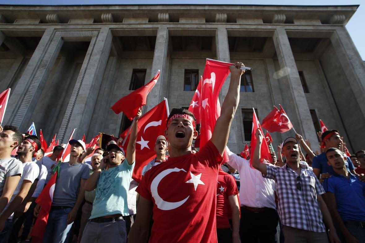 Příznivci vlády před tureckým parlamentem