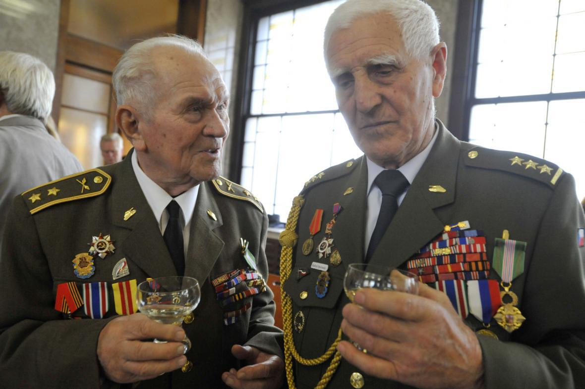 Karel Šerák (vlevo) a Bedřich Opočenský v roce 2012, když převzali vyznamenání Kříž obrany státu