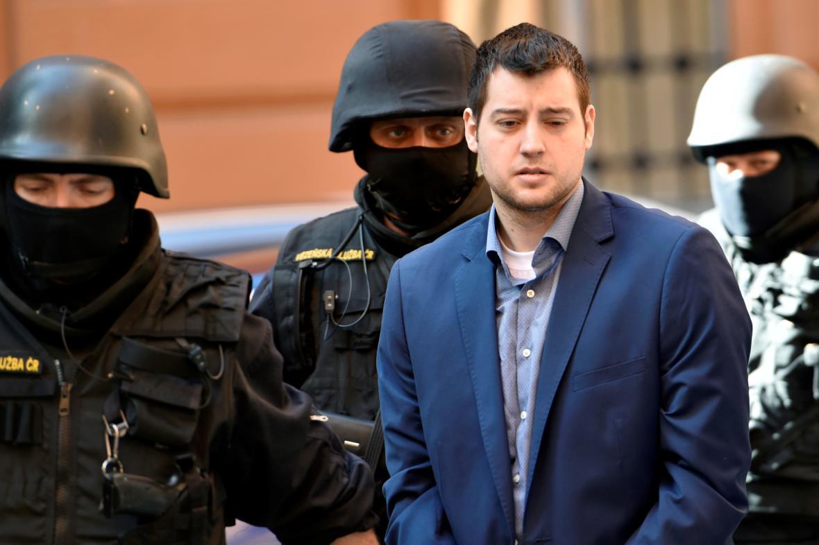 Policie přivádí Kevina Dahlgrena k soudu