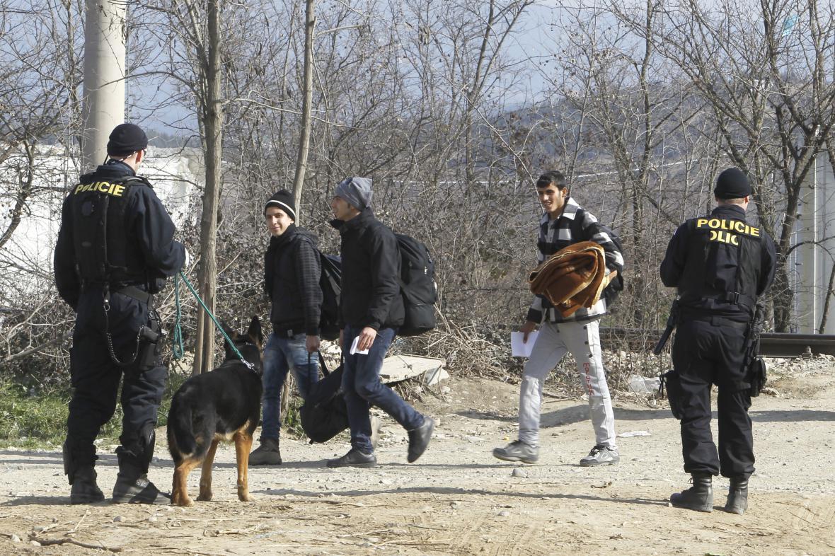 Čeští policisté u makedonsko-řecké hranice