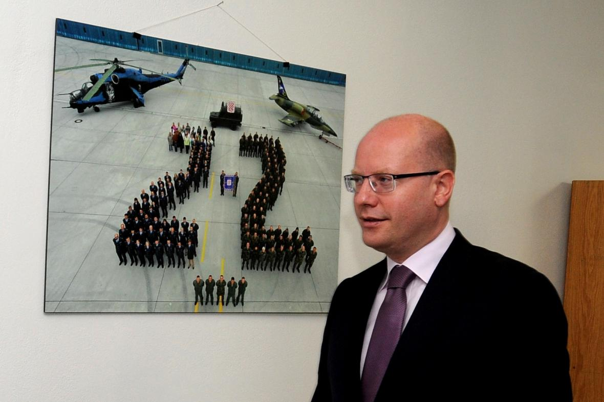 Premiér Bohuslav Sobotka navštívil vrtulníkovou základnu v Náměšti nad Oslavou.