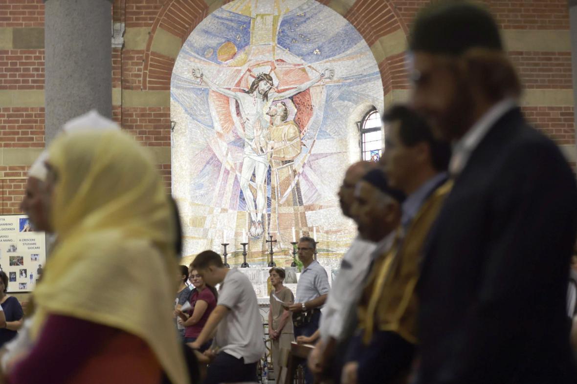 Muslimové na bohoslužbě v kostele Santa Maria di Caravaggio v Miláně