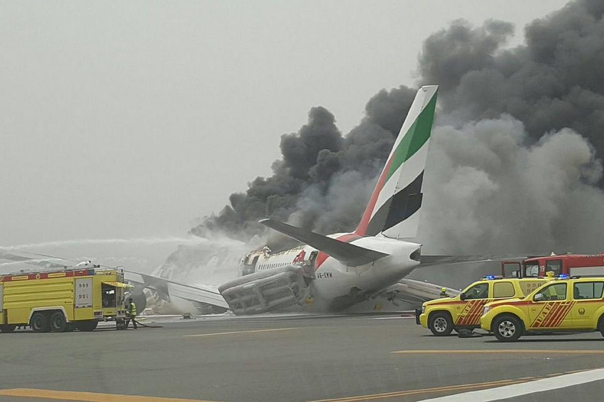 Stroj společnosti Emirates na letišti v Dubaji