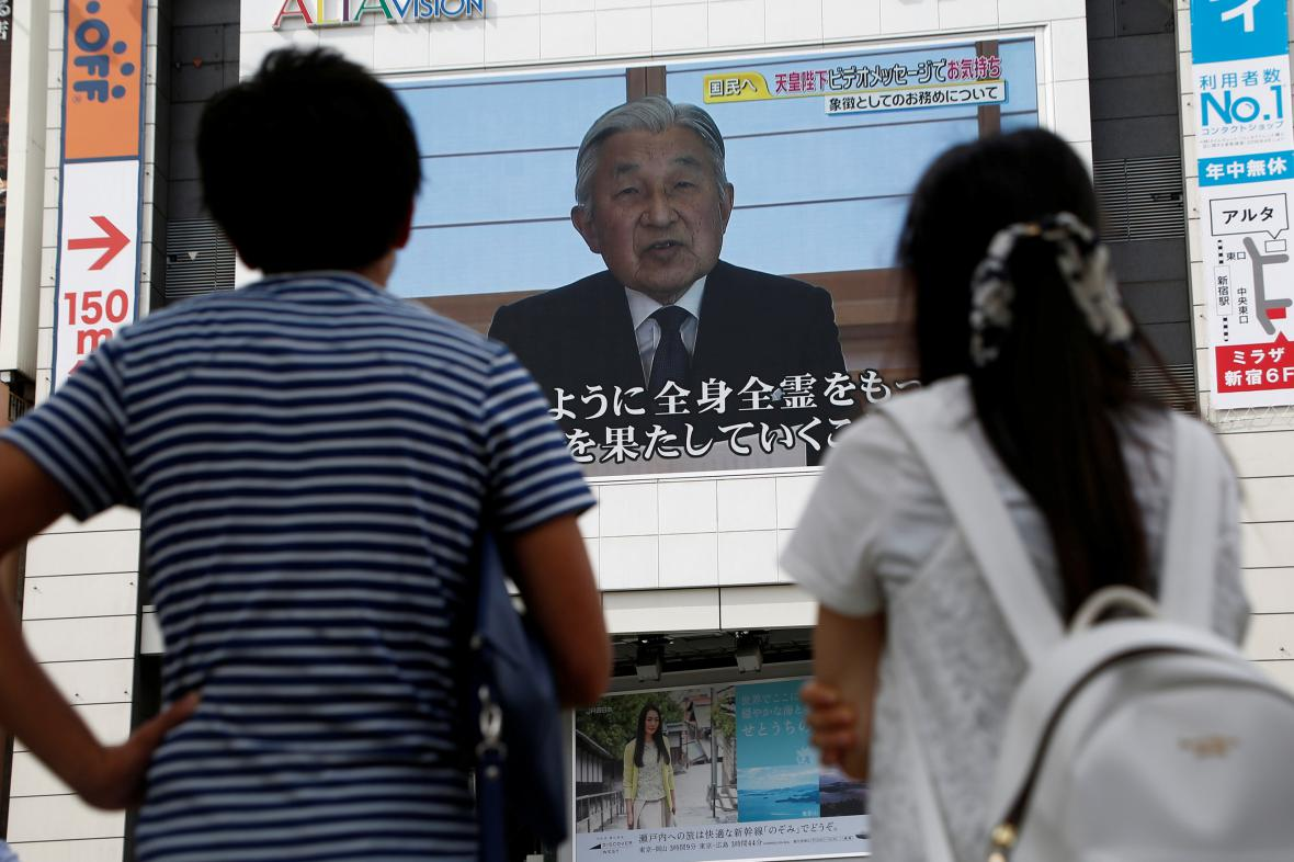 Lidé sledují televizní vystoupení císaře.