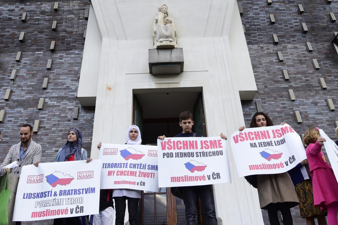 Shromáždění muslimů před kostelem na náměstí Jiřího z Poděbrad