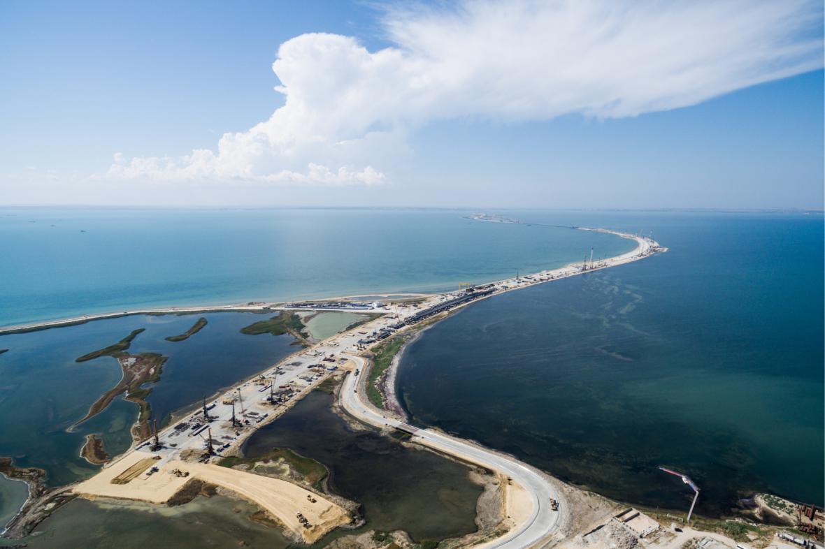 Stavba mostu spojujícího Krym s pevninskou částí Ruska