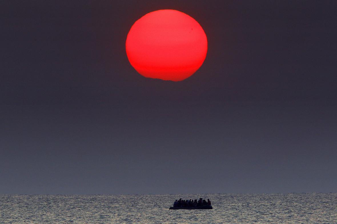 Migranti mířící na člunu k řeckému ostrovu Kos