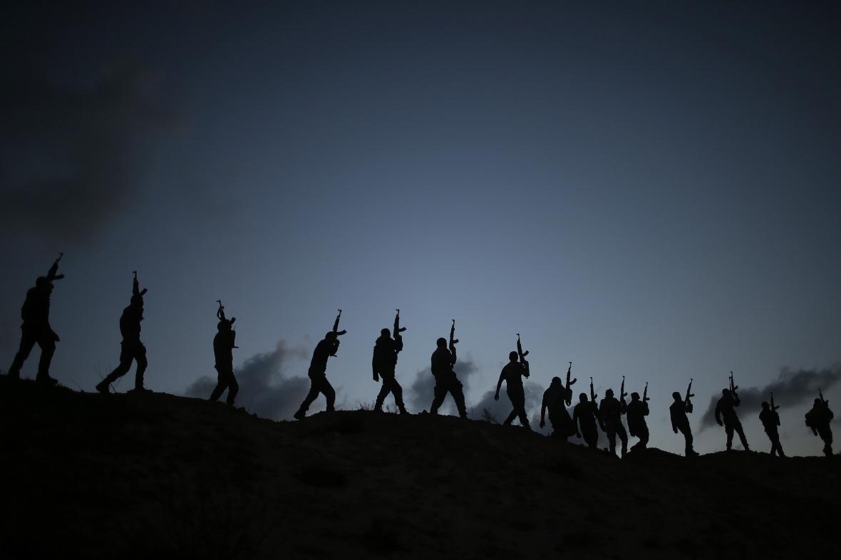 Trénink ozbrojených jednotek v poušti