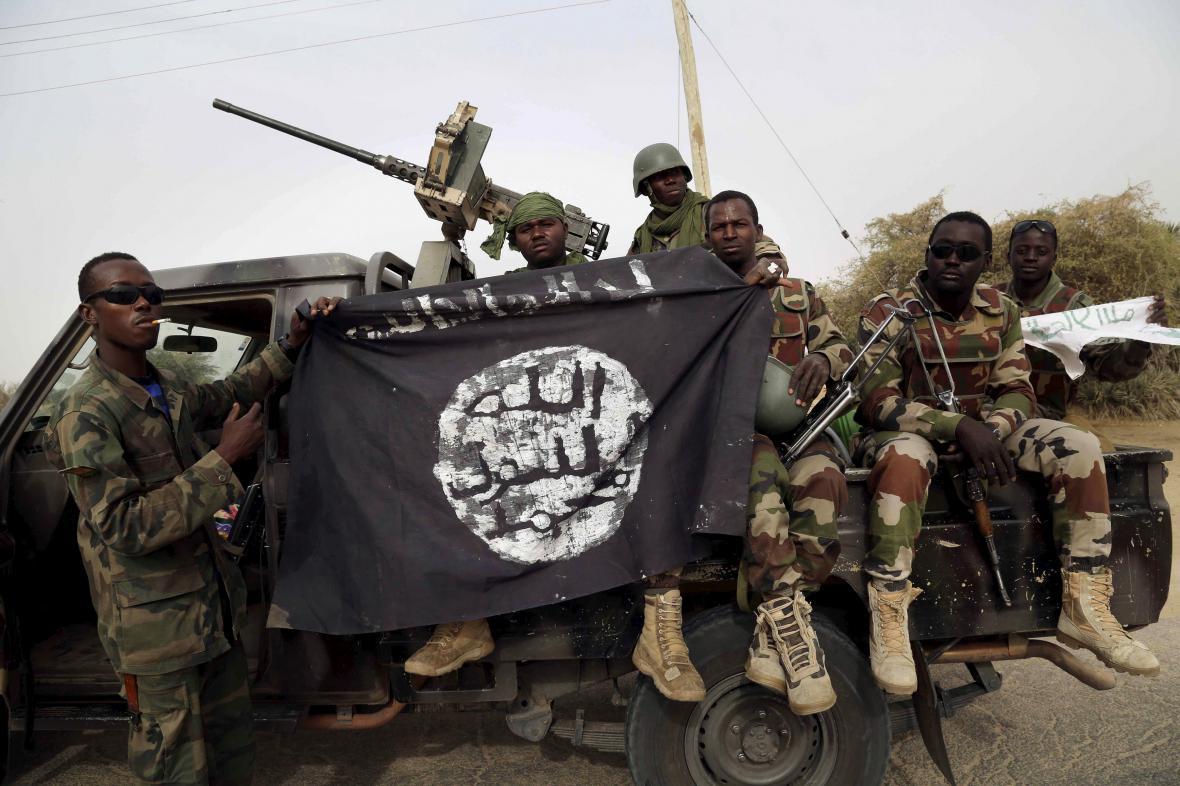 Nigerijská armáda se zabavenou vlajkou Boko Haram