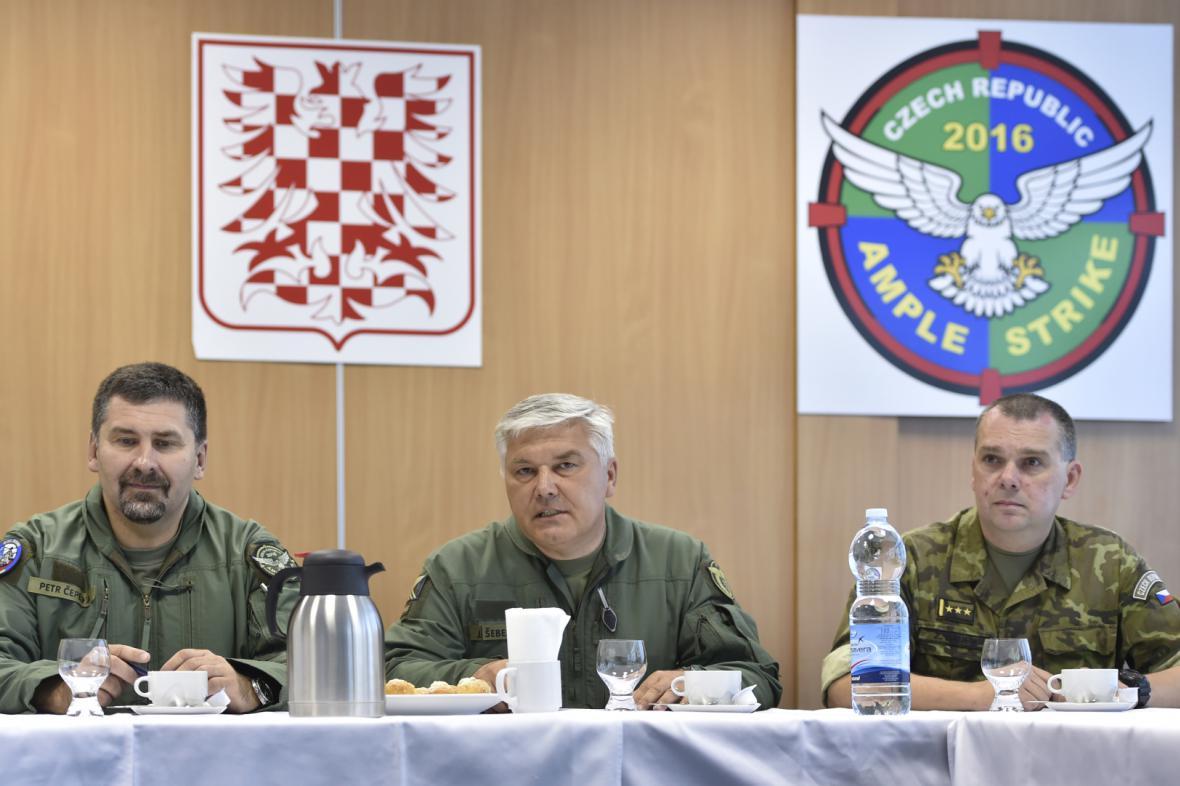 Jaromír Šebesta (uprostřed), Petr Čepelka (vlevo) a Zdeněk Bauer (vpravo)