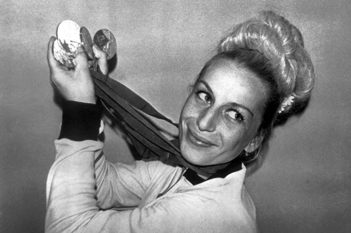 Věra Čáslavská se čtyřmi zlatými medailemi z OH v Mexiku (1968)