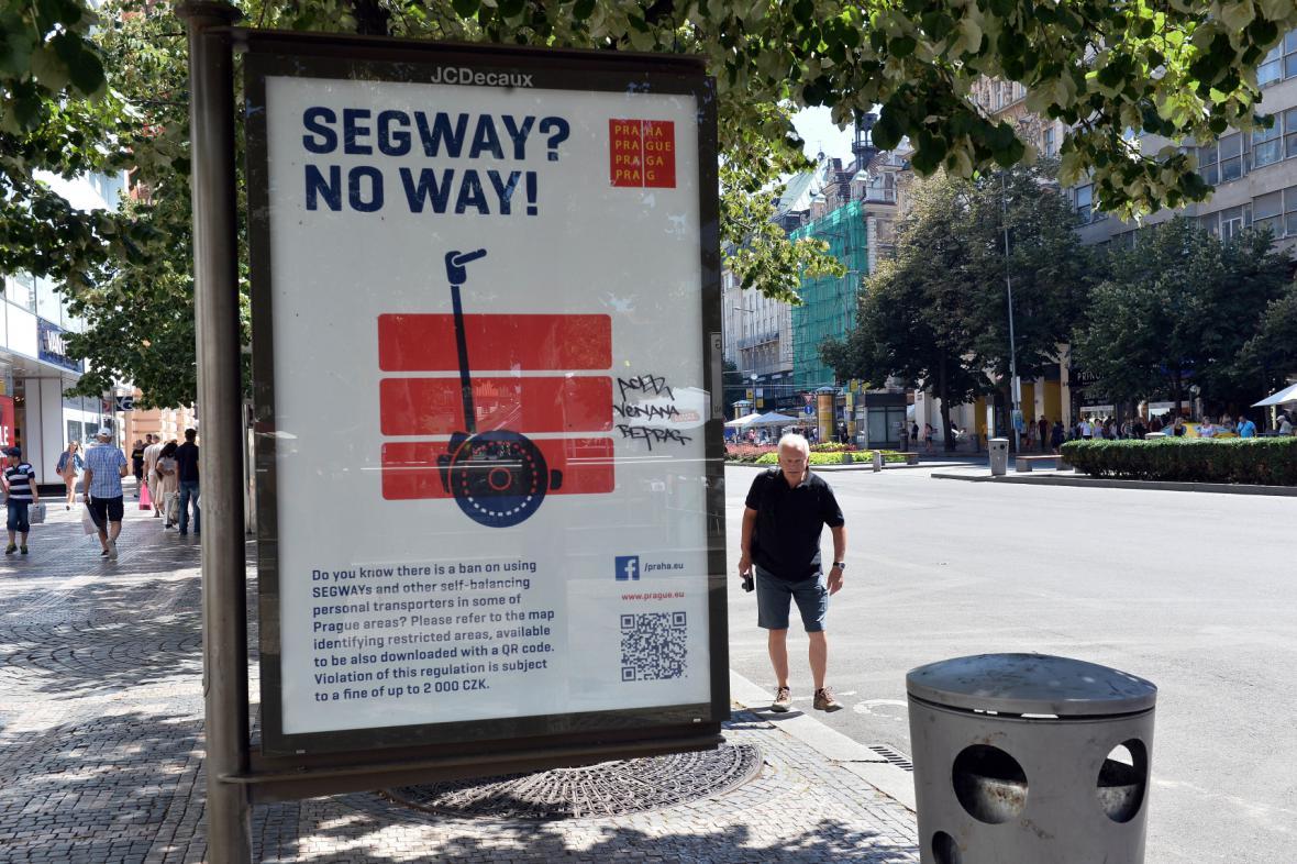 Plakáty upozorňují na zákaz jízdy na segway