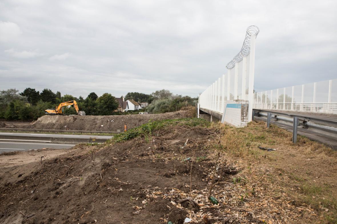 V Calais roste nová zeď