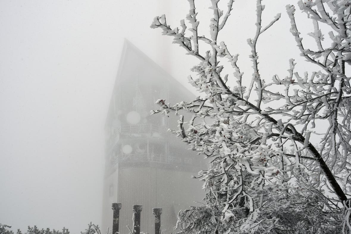 První sníh na Lysé Hoře v Beskydech