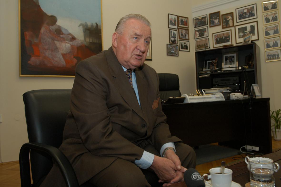 Michal Kováč ve své pracovně v sídle své nadace na Štúrové ulici v Bratislavě (2004)