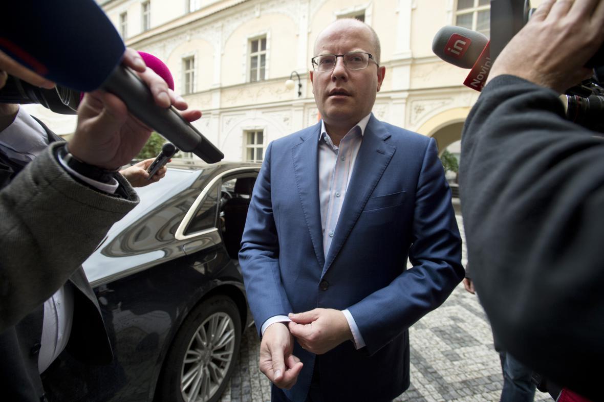 Bohuslav Sobotka při příjezdu do volebního štábu ČSSD