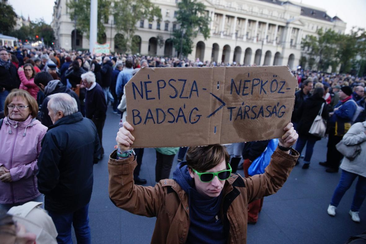 Protest proti uzavření největšího levicového listu v Maďarsku