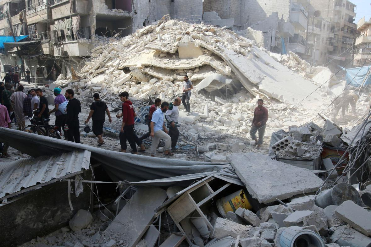 Tržiště v Aleppu zničené při náletu