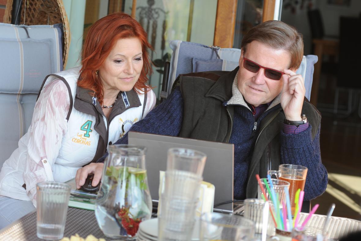 Zdeněk Škromach a Mirka Škromachová sledují výsledky voleb