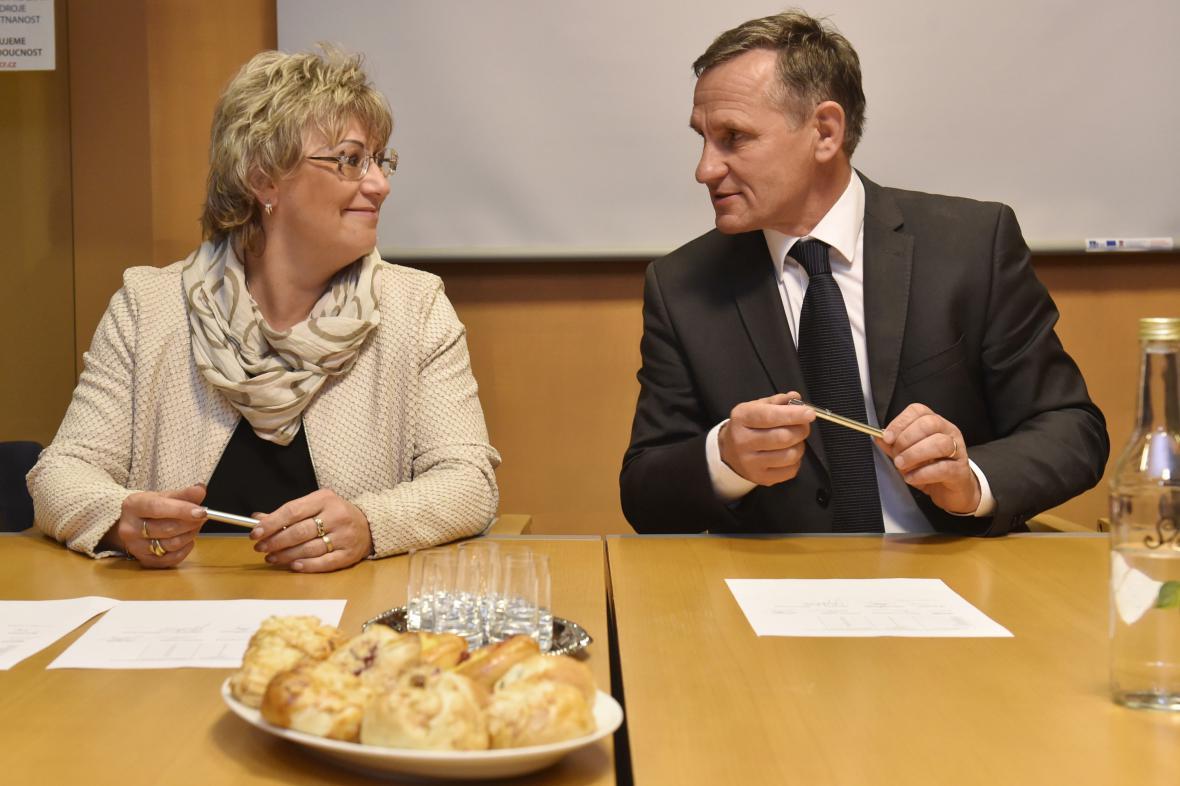 Jiří Čunek (KDU-ČSL) a Margita Balaštíková (ANO) podepisují memorandum o koaliční spolupráci