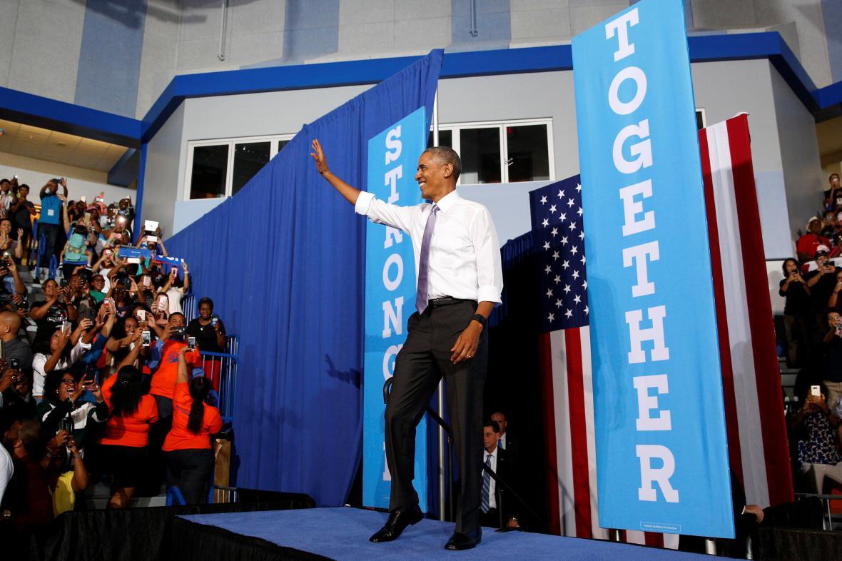 Barack Obama na volebním shromáždění Clintonové