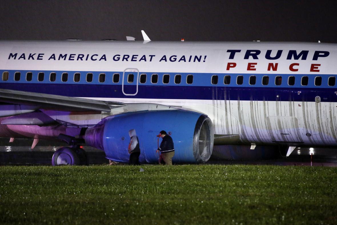 Letadlo, ve kterém cestoval republikánský kandidát na amerického viceprezidenta Mike Pence