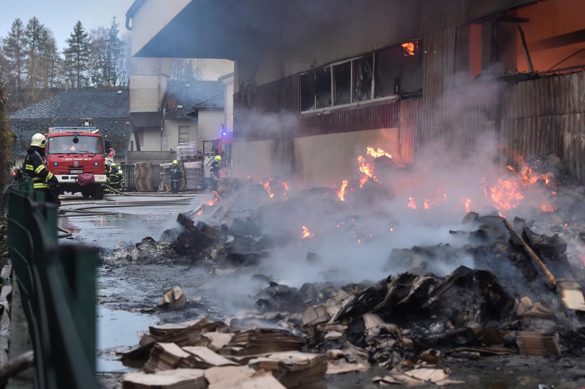 Požár skladové haly v Horní Cerekvi