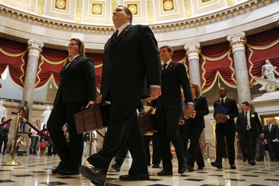 Pracovníci Kongresu přinášejí hlasy volitelů k oficiálnímu sčítání a vyhlášení výsledků